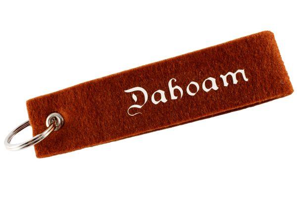 """Filz Schlüsselanhänger """"Dahoam"""" (rehbraun), Schlüsselband mit bayerischem Spruch"""